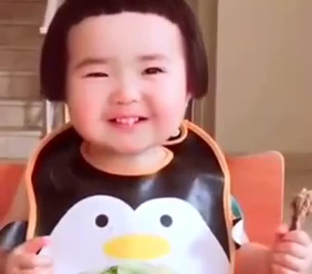 小宝宝吃到鸭腿开心的大笑,看看小宝贝的卖萌方法,太可爱了