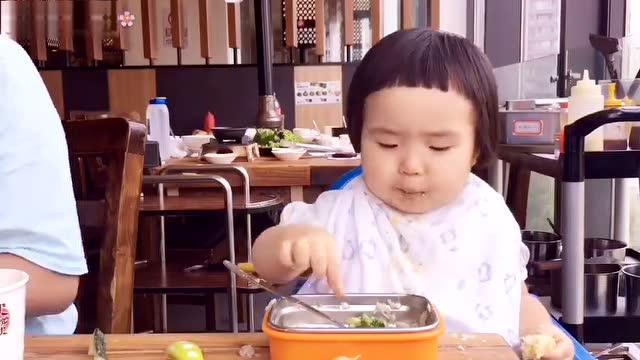 18个月的宝宝萌娃小蛮自己吃饭,不挑食,胃口超好,饭量