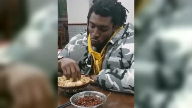 我还看过用手抓吃火锅的非洲人那图片