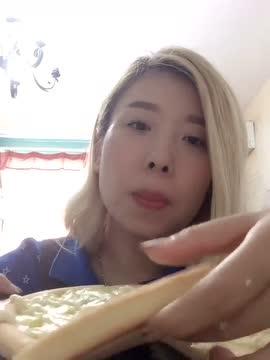 小孩吃榴莲好吗_美女直播吃榴莲披萨,隔着屏幕都觉得臭臭的
