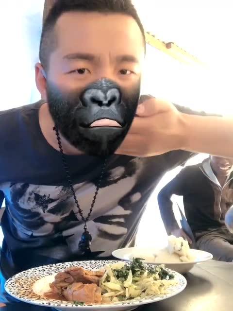 猩猩的面孔加上非洲人用手吃饭的习惯,毫无违和感的原始风图片