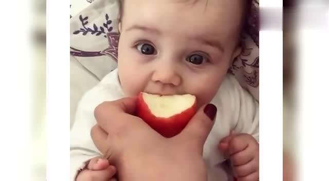小宝宝吃苹果开心得手舞足蹈,长得跟洋娃娃似的
