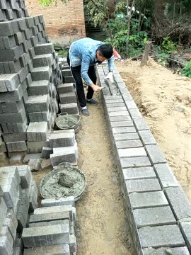 工地瓦工师傅砌砖速度这么快,得几个小工伺候啊