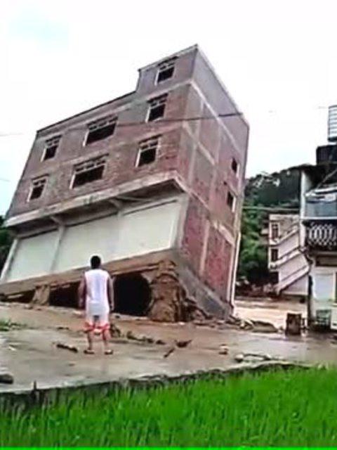 实拍农村4层楼房倾倒的瞬间
