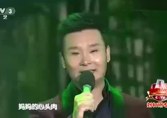 刘和刚跪地唱完《儿行千里》台上台下哭成一片!