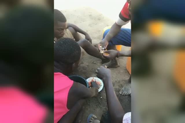 非洲人吃饭都是用手抓,虽然不卫生但却很方便!图片