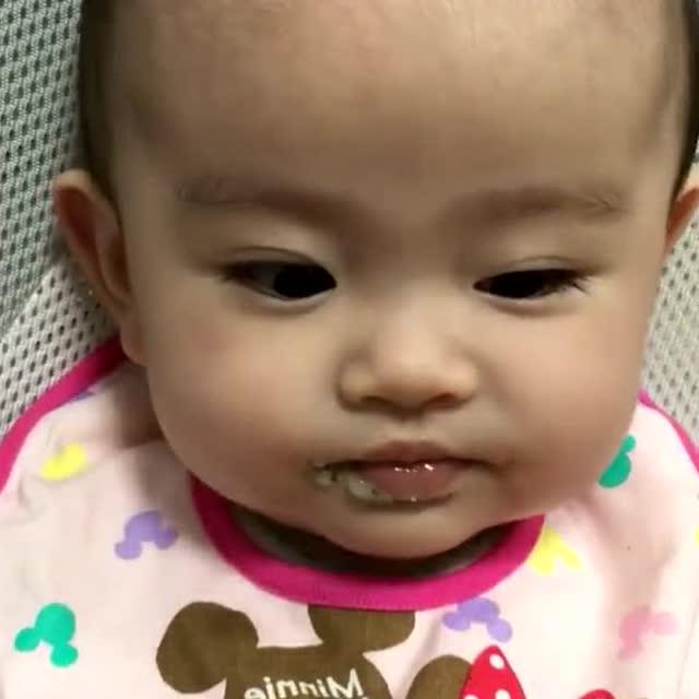 小宝宝一吃东西就好开心,笑嘻嘻的样子太萌了!