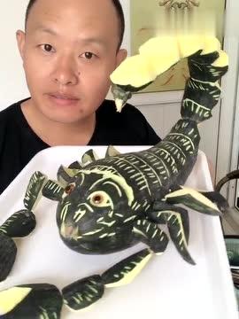 雕刻达人用水果雕刻的蝎子:活灵活现