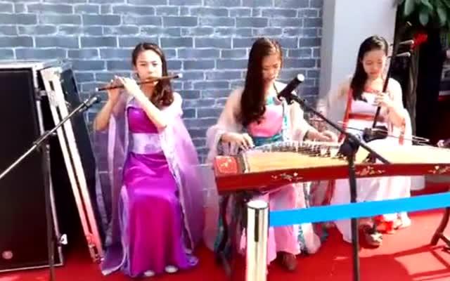 三个妹子演奏二胡,笛子和古筝