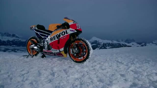 摩托车雪地撒欢这酸爽