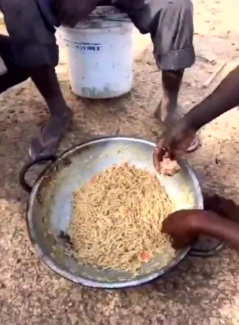 非洲人围着一个盆吃泡面,竟然用手抓图片