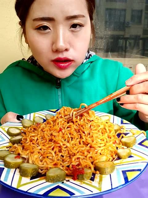妹子大口吃火鸡面,这速度看呆了,吃得好有食欲啊