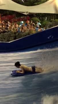 女生冲浪真有趣,水太急差点把泳衣都冲掉了!