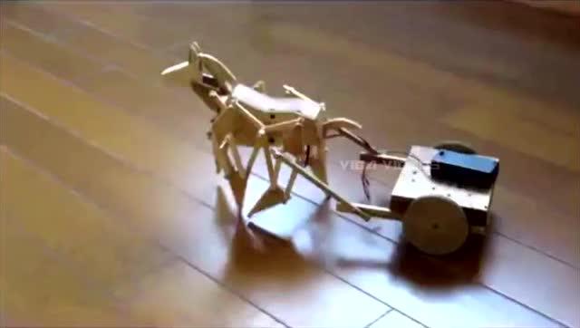 小马拉车,几块木头做成的一件小机械