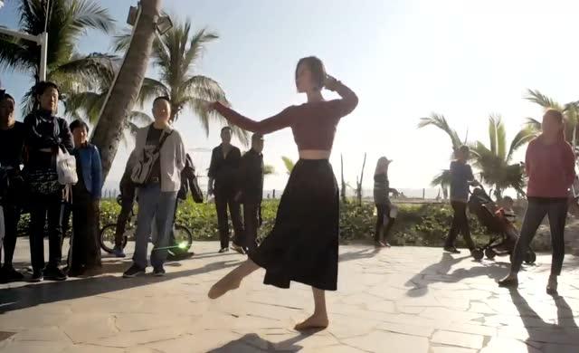 短发美女户外直播跳舞,引来百人围观,场景壮观了!图片