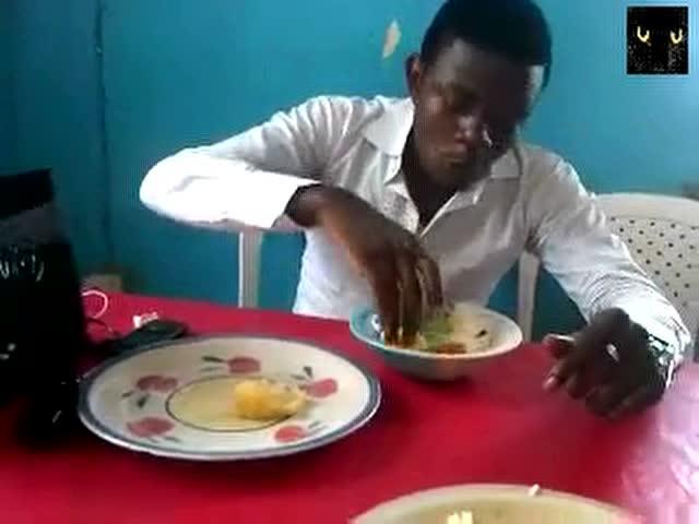 看看非洲富二代是怎么吃饭的,吃的真够干净的图片