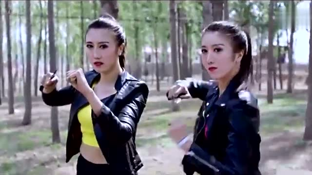 双胞胎手鼓想谁知小伙美女绑架反被擒住绑在树上笑死了丽江农村美女图片