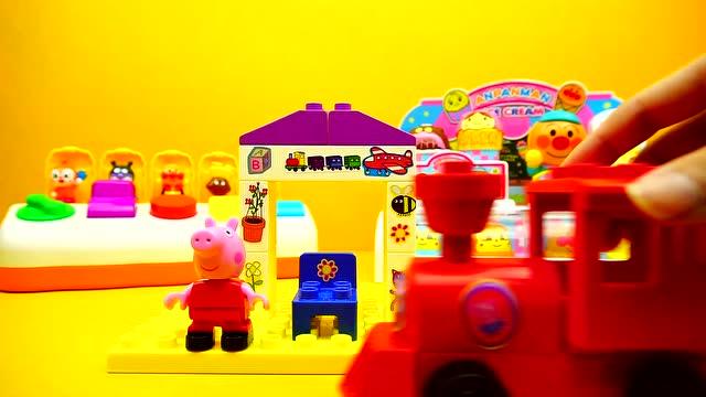小猪佩奇火车站 小猪一家亲 面包超人积木玩具 日本食玩