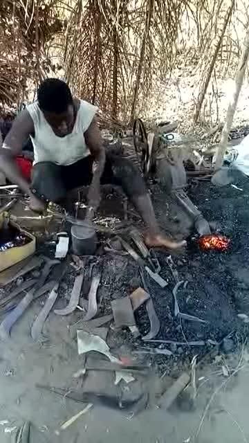 非洲农村的铁匠铺,像不像中国古代的铁匠
