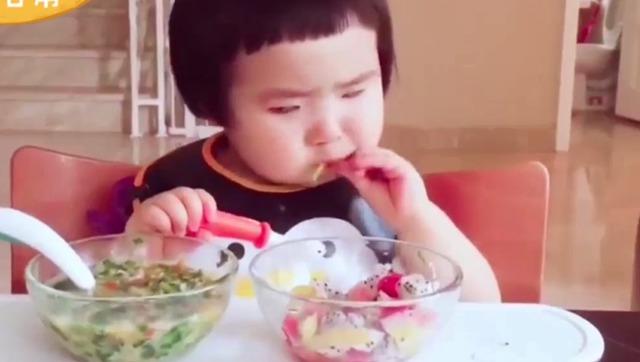 最火小网红可爱吃货小蛮萌翻你 吃饭就是香