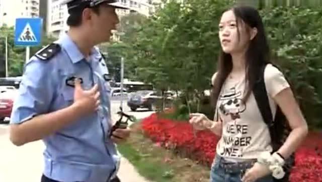 操12岁女二逼_二逼女闯红灯被抓,交警差点被气死!