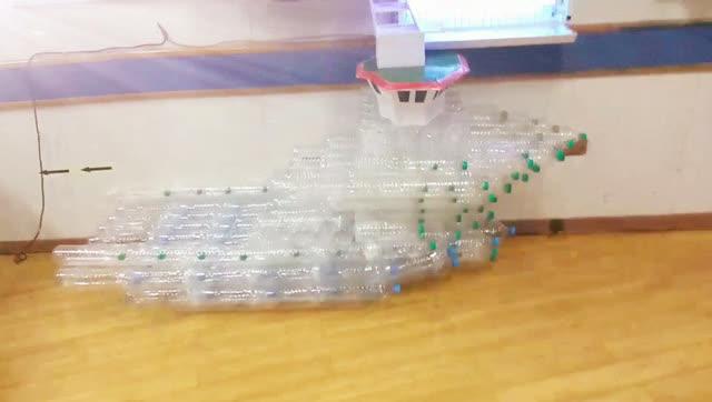用矿泉水瓶做的船,有趣