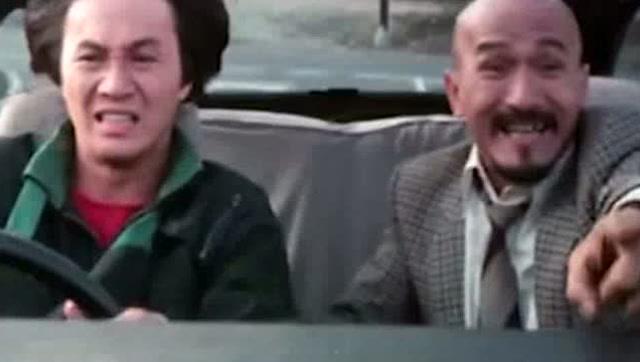 香港电影:金刚许冠杰和光头佬被坏人追 车弄成渣了