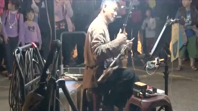 二胡演奏家街头演奏周传雄《黄昏》,一曲二胡听的肝肠