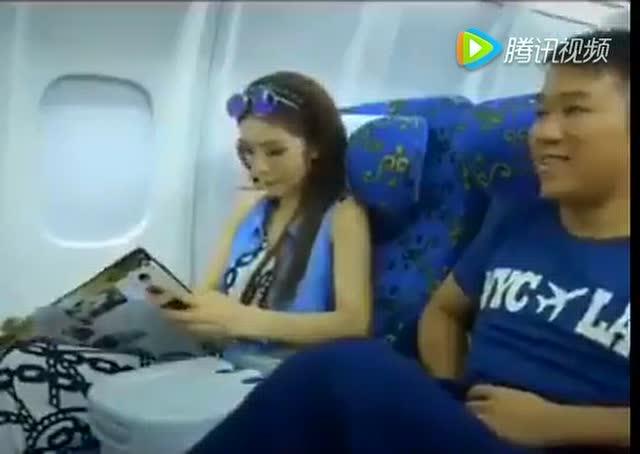 美女神回复:飞机上为什么不能玩手机