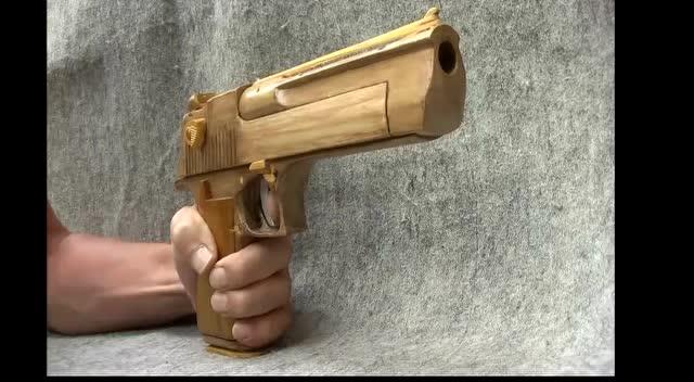 不就是把木头玩具枪吗?干嘛要做得这么精巧