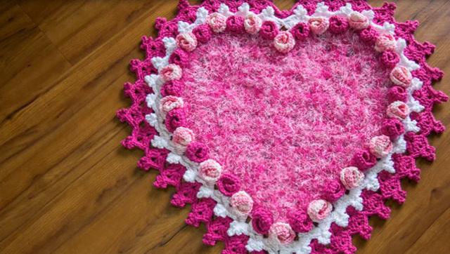 一款粉红色的心形地毯钩针