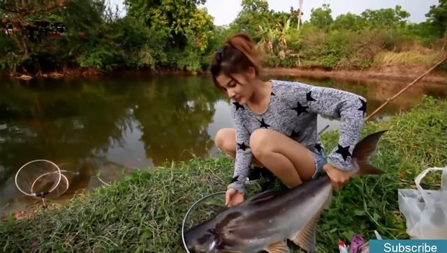 农村美女一人钓起二十斤大鱼,抓鱼技术真是高