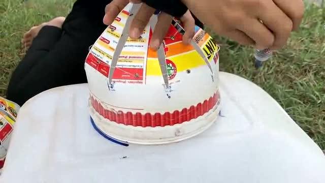 农村姐姐用塑料桶制作简易陷阱捕鱼,令人佩服