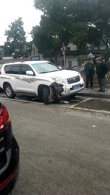 厉害了!四川达州市丰田霸道发生撞车事故,不受影响安全性能真棒!