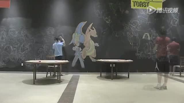 两骚年用粉笔画了一墙动漫人物