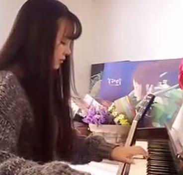 昆明刘念咖啡馆美女弹钢琴