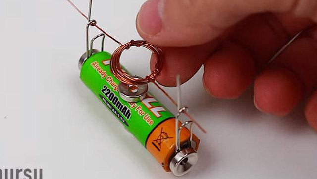 用一节电池制作的微型电动机