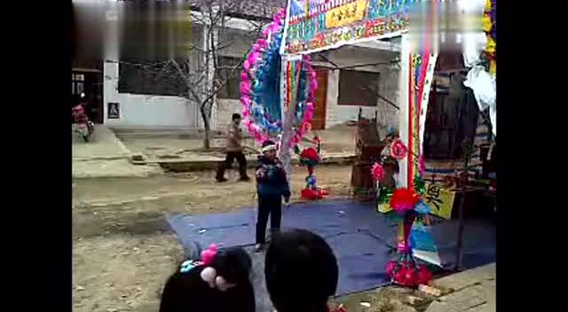 农村丧事现场小男孩含泪演唱一首《老爸老妈》感人肺腑!