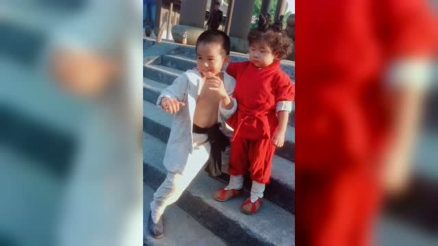 网红李欣蕊搂着小男孩,霸气的想:这是我罩着的小弟,你们别碰坏了
