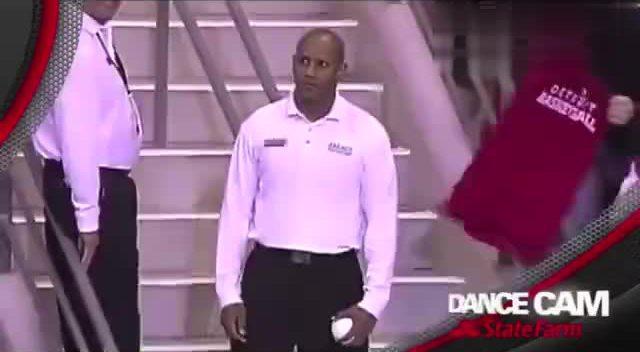 黑人小胖和保安哥斗舞 这个小胖太可爱,表情丰富图片