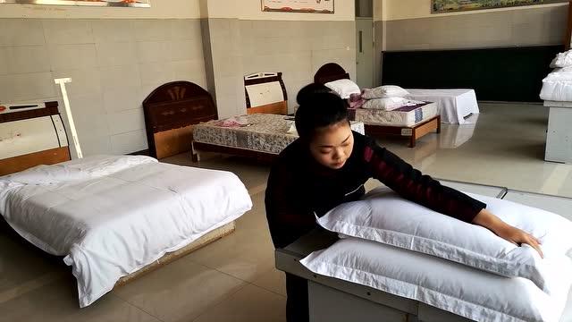 中式客房铺床