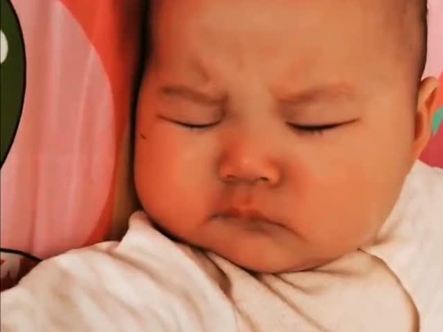 小宝宝在睡着做梦了,看这委屈得快哭的小表情,太可爱了!