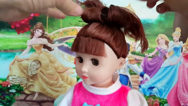 过家家玩具 给芭比娃娃扎头发 白雪公主图片