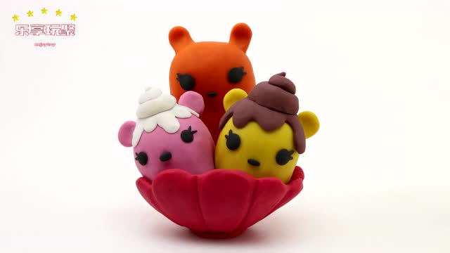 小猪佩奇艾莎公主一起分享美味的小动物冰淇淋