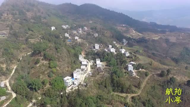 航拍农村:广西偏远山区农村风景秀丽,花岩村的房屋有何不同?