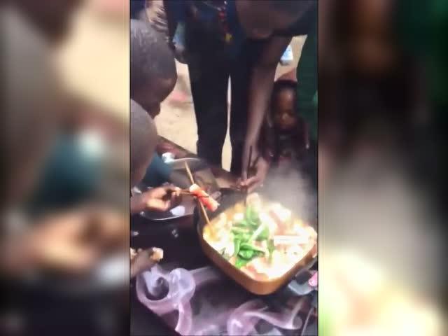 请非洲人吃火锅,他们再也不敢用手抓了图片