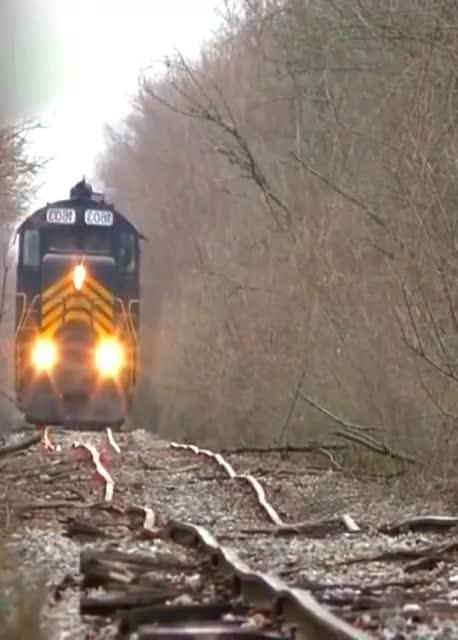 如此颠簸的铁轨上,火车居然照开不误,难道是托马斯?