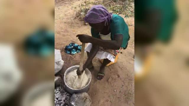 大锅手抓饭,在非洲吃饭还是一个力气活图片