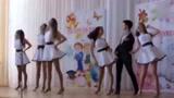俄罗斯高中,五个女生与一个男生的舞蹈,满满青春活力