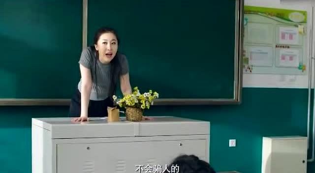 李老师向同学们讲解问题 最后被同学们搞得差点气死在讲台上图片